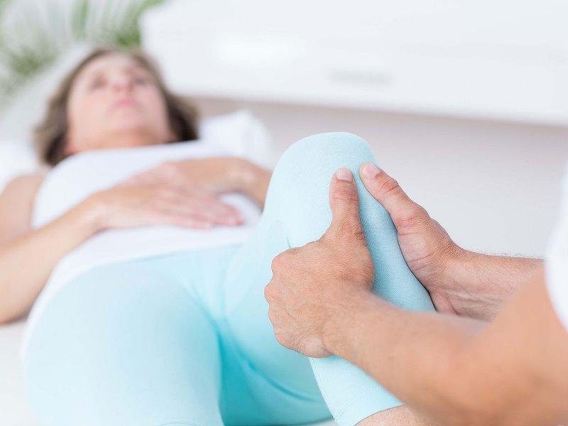 Почему болит икра на ноге как лечить